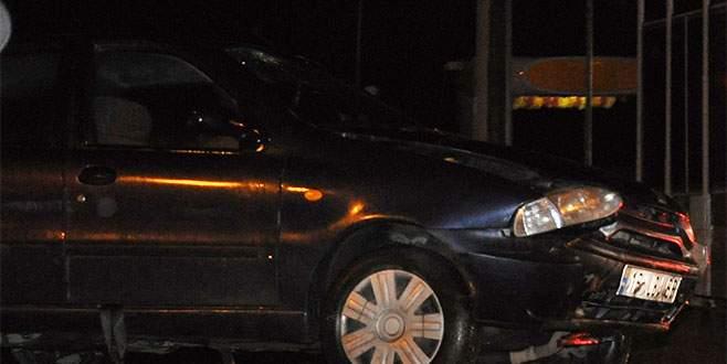 Yağmur suyu kanalına düşen araçta iki kişi yaralandı