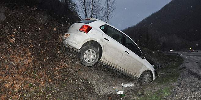 Virajı alamayan otomobil dağa tırmandı