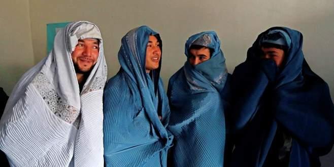 Afgan erkekler burka giydi