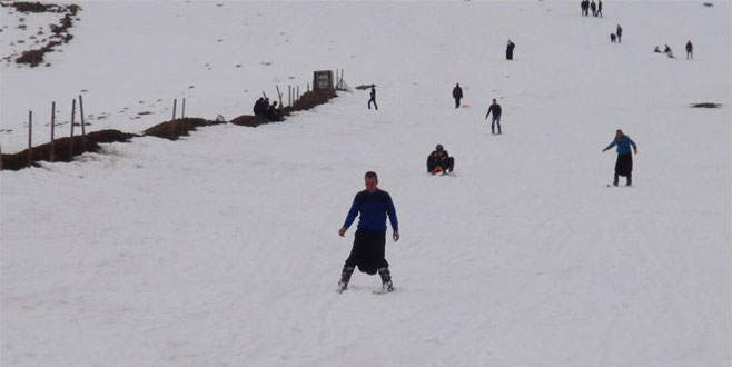 Şalvarlı kayakçılar kayak merkezinin tadını çıkardı