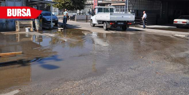 Kanal taştı, dükkanları su bastı