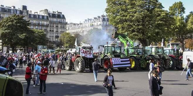 Kızgın çiftçiler traktörleriyle yolları kapattı