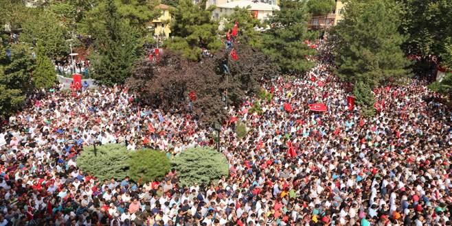 Şehit yarbayı 50 bin kişi uğurladı