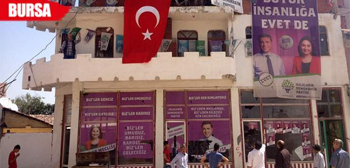 Bursa'da HDP binasına Türk bayrağı asıldı