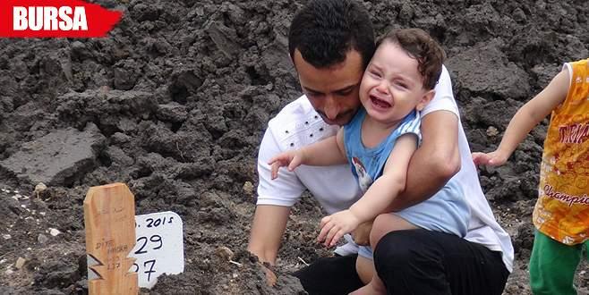 Suriyeli minik Yusuf, annesinin mezarı başında