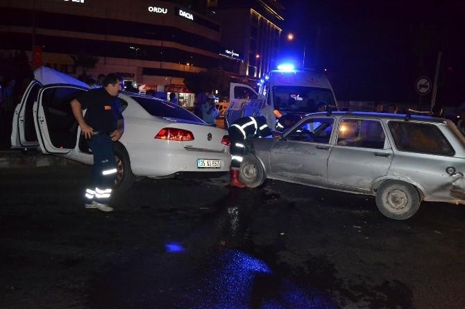 Manisa'da İki Otomobil Çarpıştı: 2 Yaralı