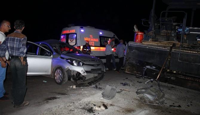 Otomobil Asfalt Finişerine Çarptı: 1 Ölü, 3 Yaralı