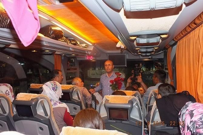 Kırşehir'de Doğuya Giden Otobüs Yolcularına Çikolata İkram Edilip Çiçek Verildi