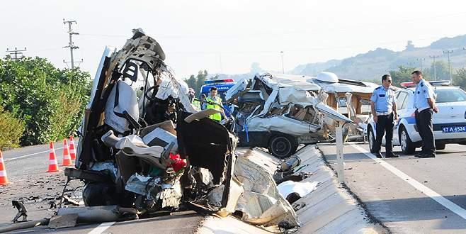 Korkunç kaza! Kamyon, minibüsü ikiye böldü!