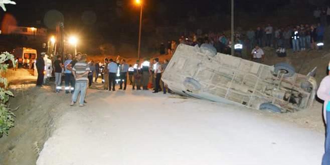 İşçileri taşıyan minibüs devrildi: 3 ölü, 21 yaralı