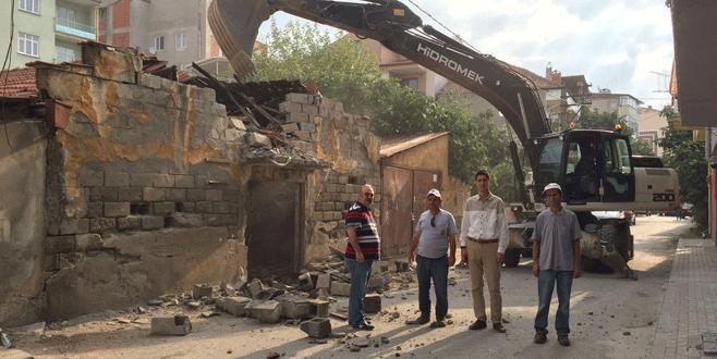 Gemlik'te metruk bina yıkımları sürüyor