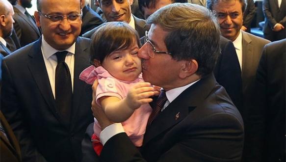Davutoğlu konsolosluk personeliyle Ankara'ya geldi