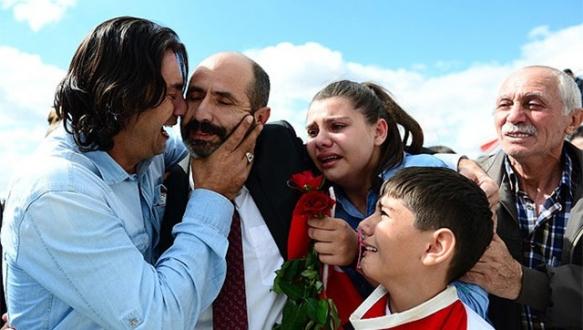 Kurtarılan vatandaşlar aileleriyle buluştu
