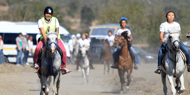 Bursa'daki Rahvan At Yarışları'na kızlar damga vurdu