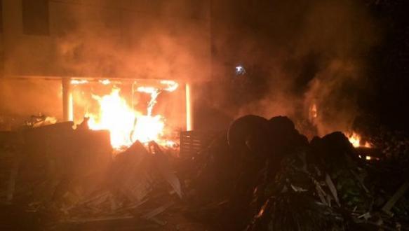 Çiftçiler vergi dairesini yaktı