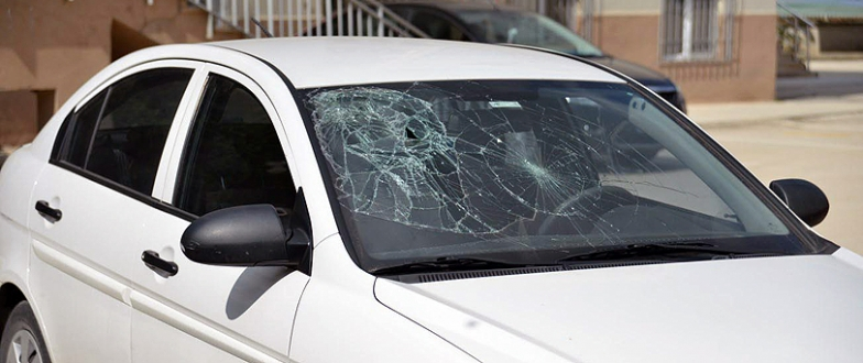 Sinir krizi geçiren travesti polisi alarma geçirdi