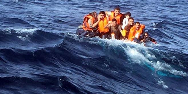 Sürüklenen teknedeki mülteciler aranıyor