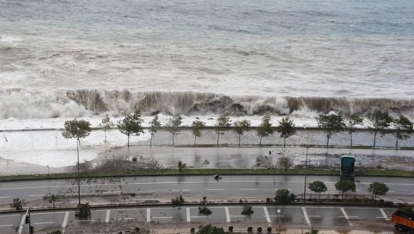 Sahil yolunda tsunami gibi dalga