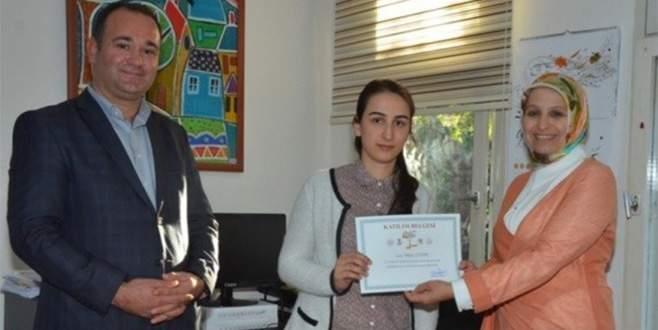 İl Milli Eğitim Müdürü Durmuş, öğrenme şenliğine katılanlara belgelerini verdi