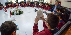 Ali Özkan öğrencilerle kitap okudu