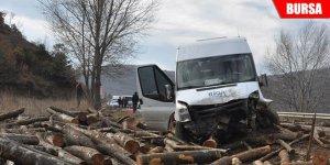 Kamyondan düşen odunlar kazaya neden oldu