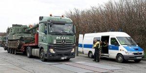 Polis obüsleri taşıyan konvoyu durdurdu