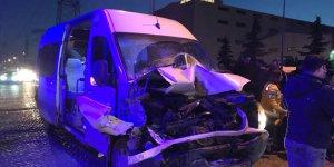 İşçi servisi park halindeki kamyona çarptı: 12 yaralı