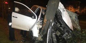 Alkollü sürücü ağaca saplandı: 2 yaralı