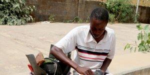 Nijerya sokaklarında melodilerle zanaatkarlık yapıyorlar