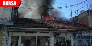 Elektrik kontağından çıkan yangın 2 dükkanı küle çevirdi