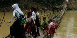 Dünyanın dört bir yanından kız öğrencilerin eğitim fotoğrafları