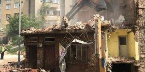 Tehlike yaratan bina yıkımı sürüyor