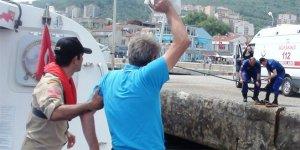 Balıkçı teknesindeki yaralıyı sahil güvenlik kurtardı