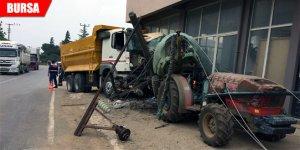 Hızını alamayan kamyon elektrik direğini devirdi