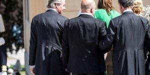 Elbisenin ipi çözülünce üç erkeğin önünde yarı çıplak kaldı