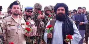 Taliban'dan askere gül