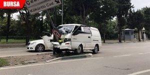 Minibüs direğe çarptı: 2 yaralı