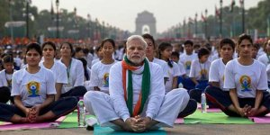 Başbakan 50 bin kişi ile yoga yaptı