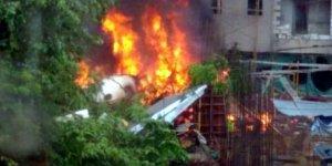 Binaların üzerine uçak düştü: Çok sayıda ölü var