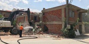 Gemlik'te tehlikeyaratan binalara yıkım