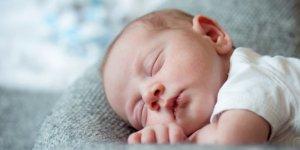 Katı gıda ile beslenen bebekler daha iyi uyuyor