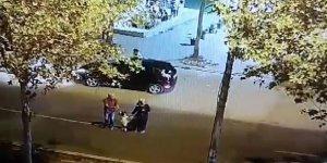 Babasının elinden tutarak yürüyen çocuğu ailesinden kaza ayırdı