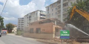 Trafik akışını olumsuz etkileyen binalar yıkılıyor