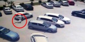 Aracın arkasında sürüklendi ama çantasını kaptırmadı