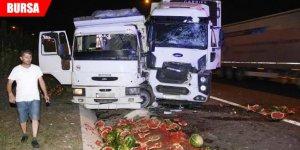 TIR, iki kamyona çarptı: Karpuzlar yola saçıldı