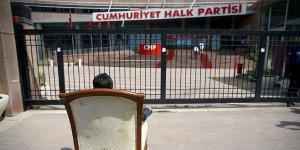 CHP önünde ilginç eylem
