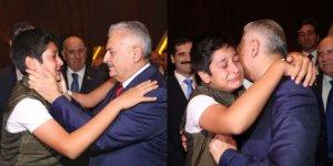 Azerbaycan'da duygusal anlar! Boynuna sarılıp ağlamaya başladı