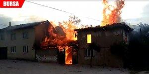2 ahşap ev yangında küle döndü