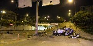 Otomobil hurda yığınına döndü: 2 ölü, 1 yaralı