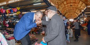 Özkan'dan pazarda esnafı ziyareti
